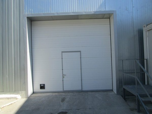 Промышленные секционные ворота DoorHan на проем 3000х2800(h) с встроенной калиткой