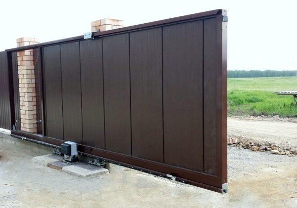 Откатные ворота Alutech серии ADS400 заполнение сэндвич-панель S-гофр размер: 3500х2100мм